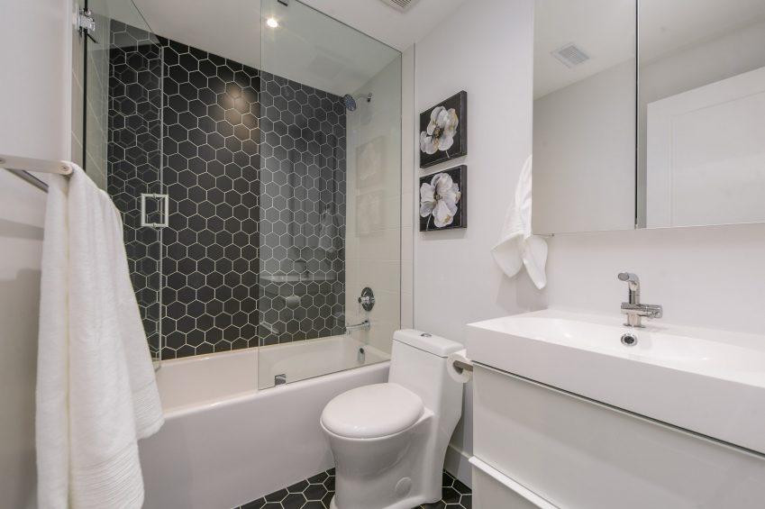 1557 Bloor Bathroom Pic 1